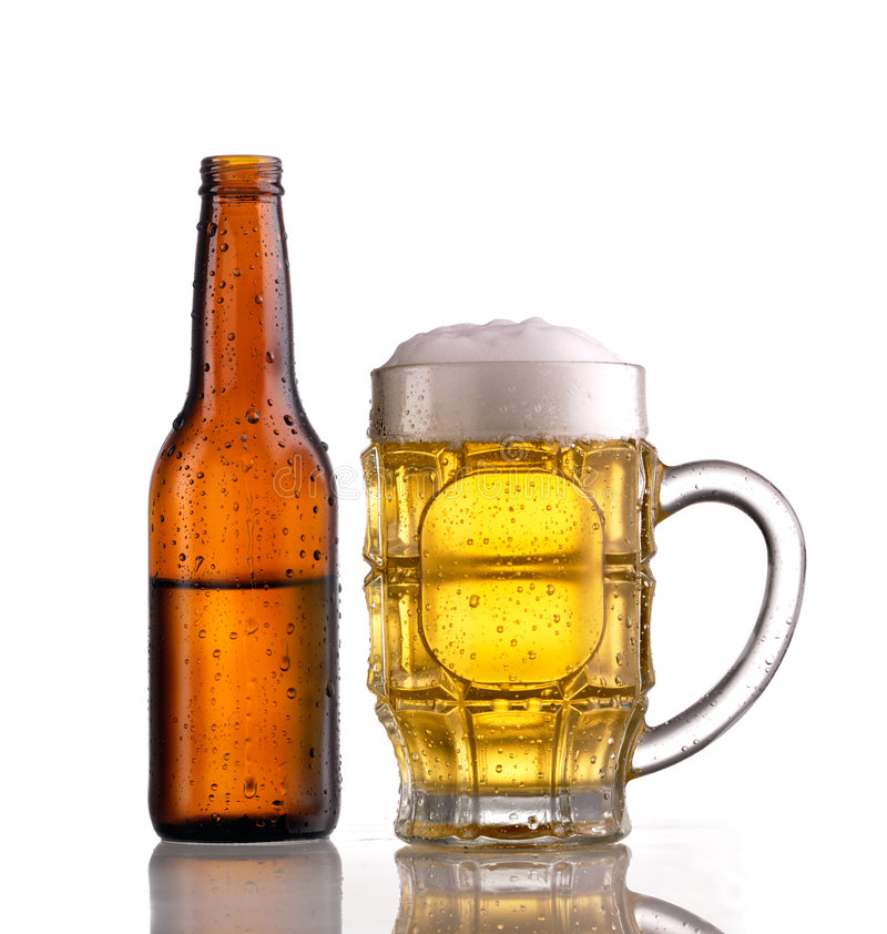 Mok en fles bier royalty-vrije stock afbeelding