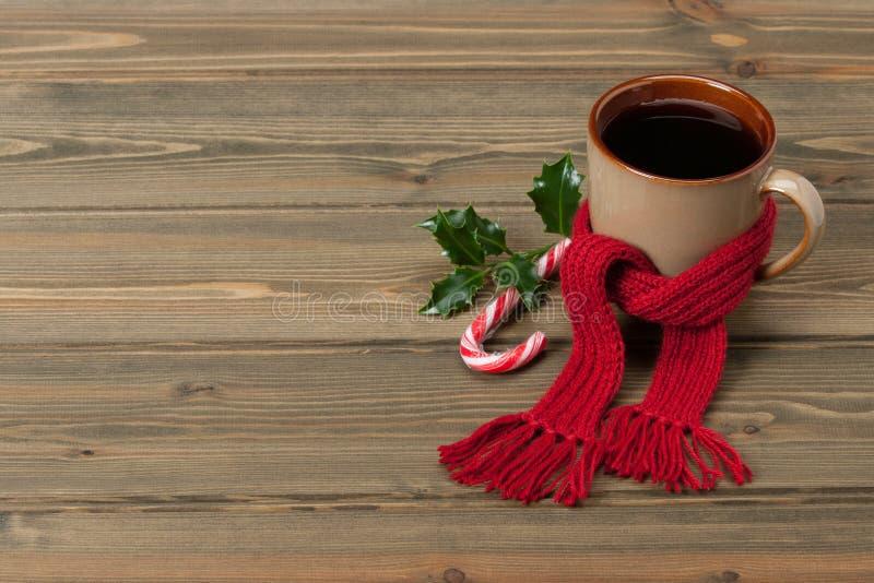 Mok hete thee of koffie met sjaal Kerstmis stock afbeeldingen