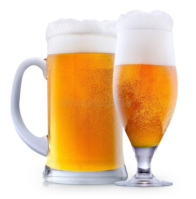 Mok ijzig bier met schuim stock foto