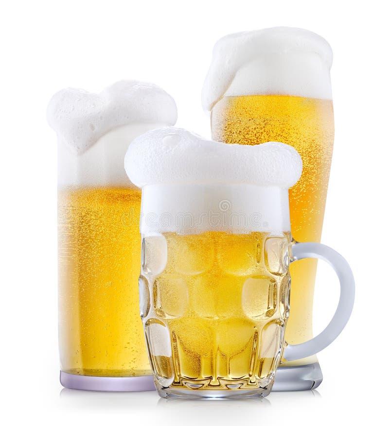 Mok ijzig bier met schuim stock fotografie