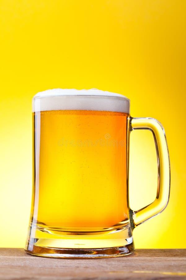 Mok met bier royalty-vrije stock afbeeldingen