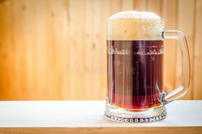 Mok met donker bier royalty-vrije stock foto
