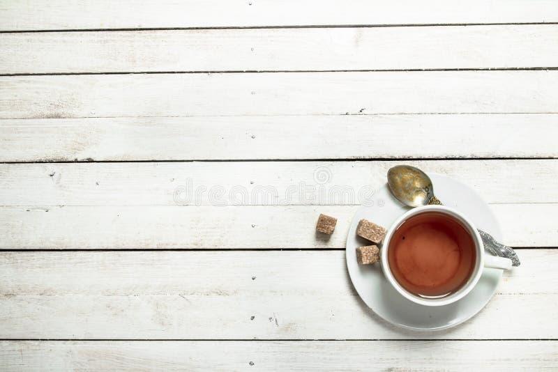 Mok met zwarte thee stock afbeeldingen