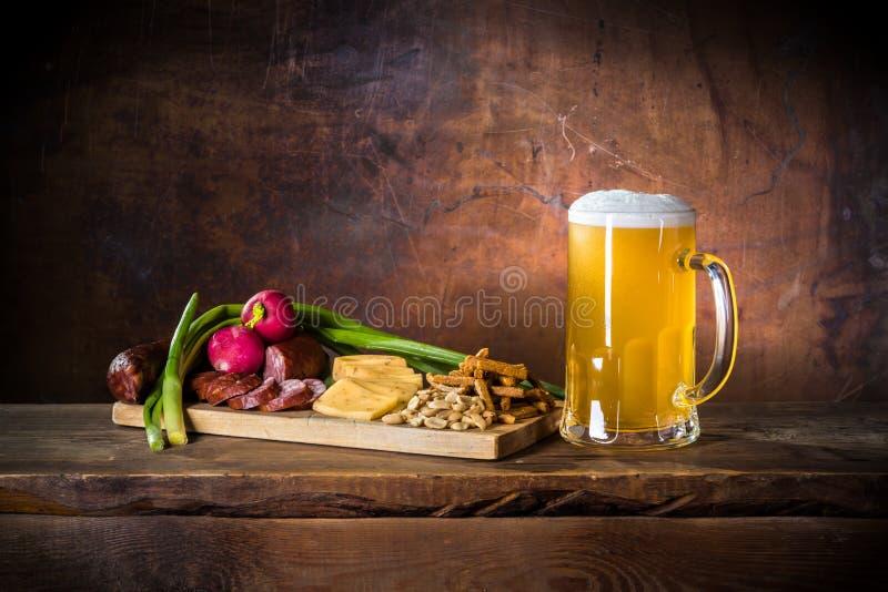 Mok van ongefilterd bier en rustiek diner in bar royalty-vrije stock fotografie