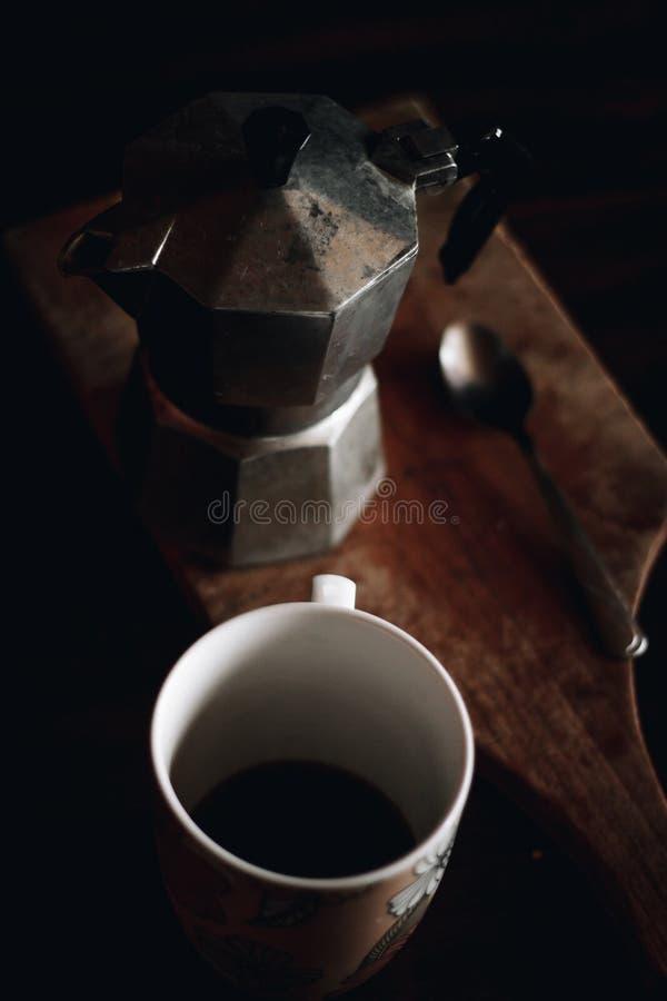 Moka branco da xícara de café e do alumínio imagem de stock royalty free