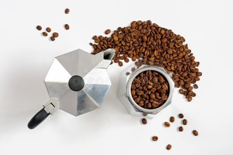 Moka-Kaffeetopf mit Bohnen stockfotos