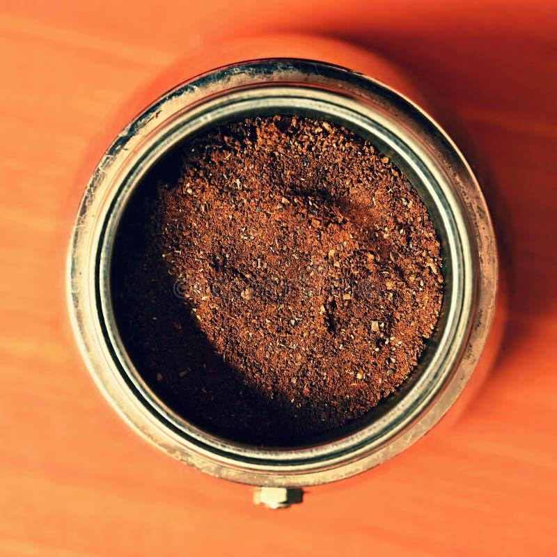 Moka kaffekruka Förberedelse av nytt bra kaffe hemma arkivfoto