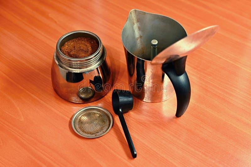 Moka kaffekruka Förberedelse av nytt bra kaffe hemma royaltyfria bilder