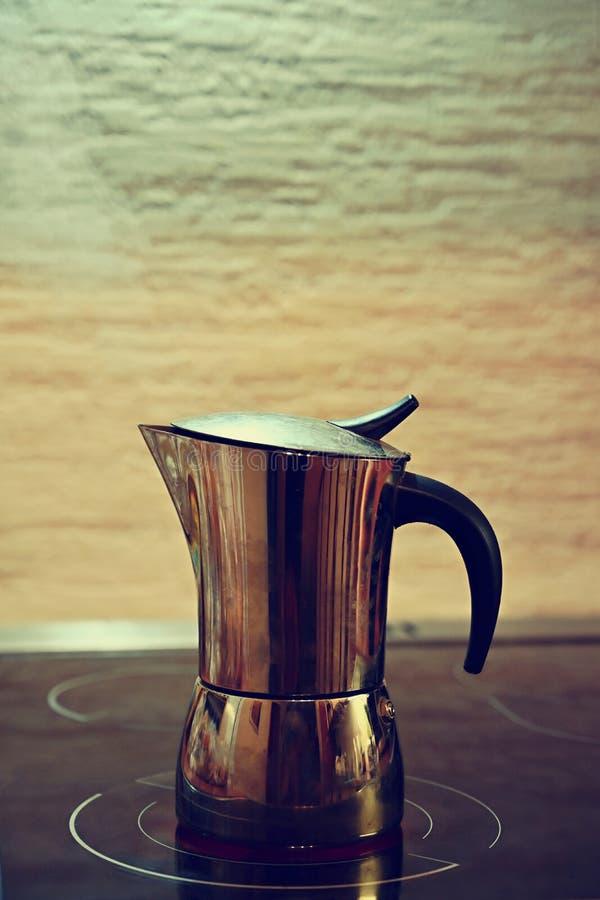 Moka kaffekruka Förberedelse av nytt bra kaffe hemma royaltyfria foton