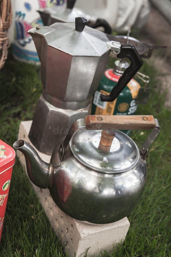 Moka krukakaffebryggare nära den lilla kokkärlet fotografering för bildbyråer