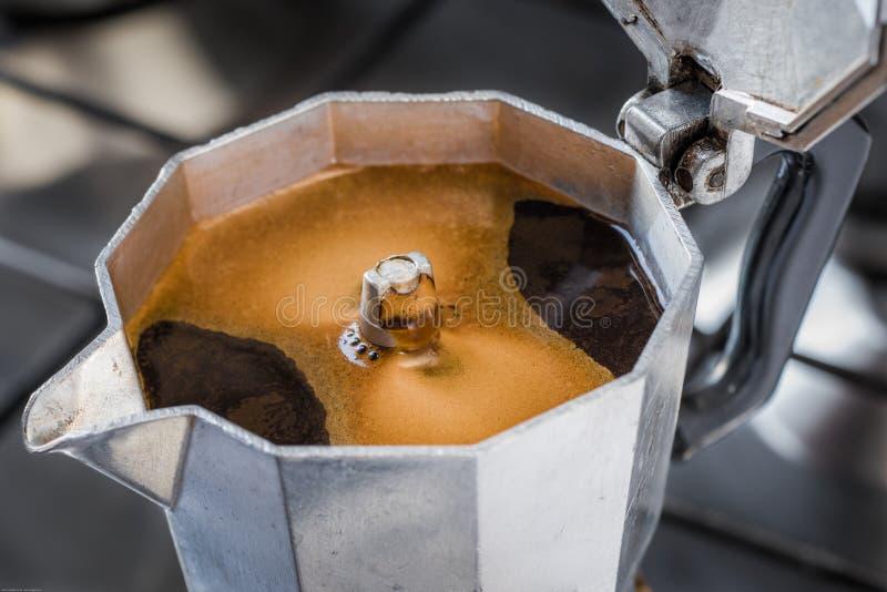 Moka tradicional italiano de la cafetera imagen de archivo libre de regalías