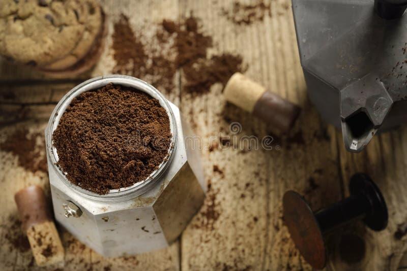 Moka Uitdrukkelijk koffiezetapparaat en  koekje royalty-vrije stock foto's