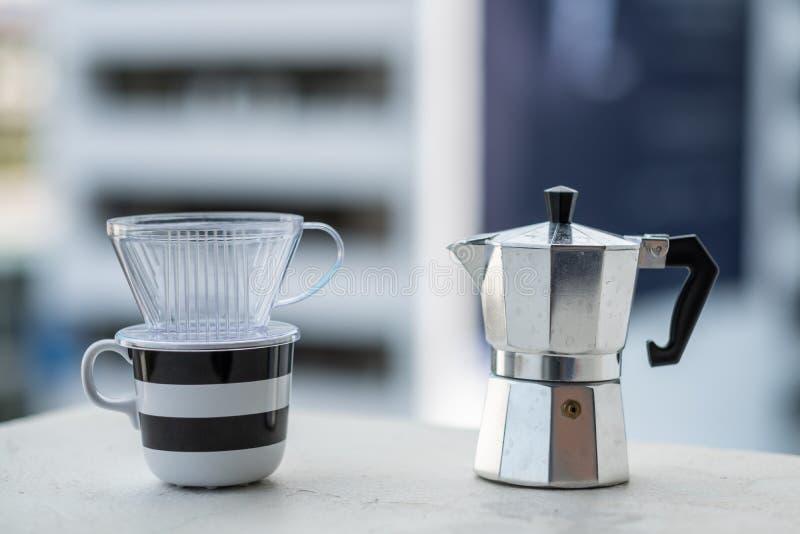 Mokapot et tasse de café de dispositif d'écoulement photographie stock libre de droits