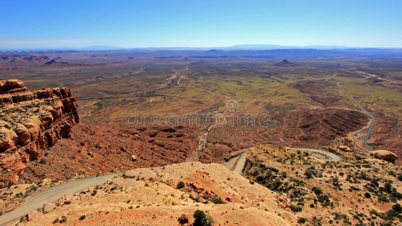 Moki Dugway路导致在神的谷外面俯视纪念碑谷,墨西哥帽和的Muley点 免版税库存照片