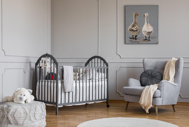 Mokiet zabawka obok łóżka i karło w popielatej childS sypialni fotografia stock