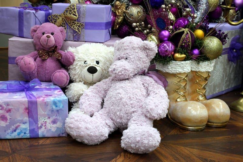 Mokiet zabawki niedźwiedzie pod choinką z prezentami i zaskakują zdjęcie royalty free