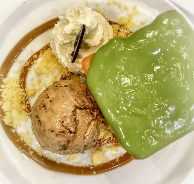 Mokka migdał, chleb i wipping śmietanka na białym talerzu, lody i custard fotografia stock