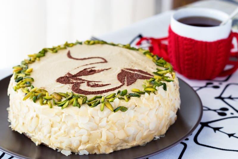 Mokki kawa ablegrował tort z masło śmietanką, pistacja, kubek w czerwieni Biały tło Wygodny Bożenarodzeniowy pojęcie obrazy stock