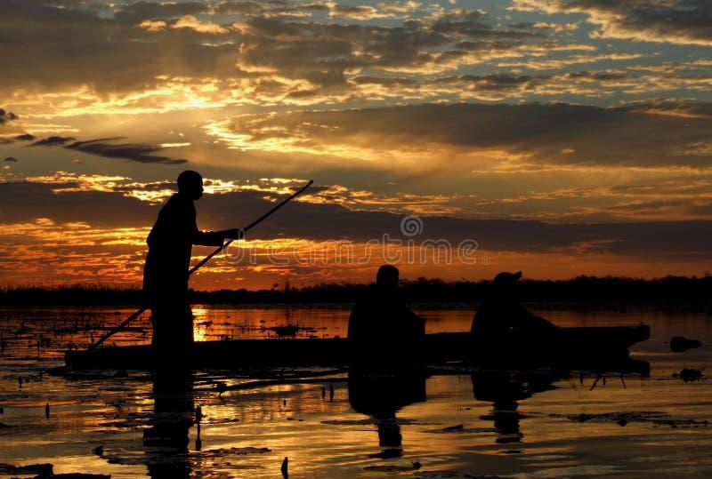 Mokoro à l'aube photo stock