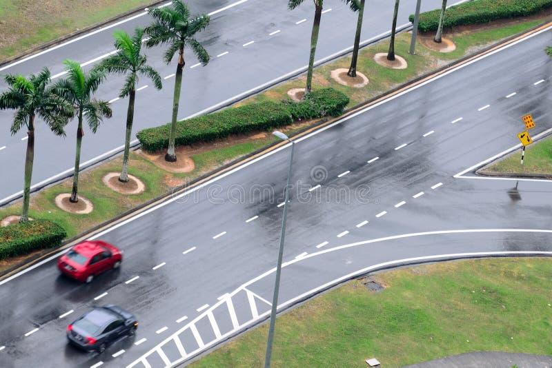 Mokra asfaltowa droga z samochodami na widok zdjęcia royalty free