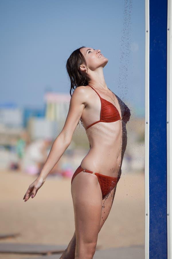 Mokra dziewczyna w bikini na na wolnym powietrzu zdjęcie stock