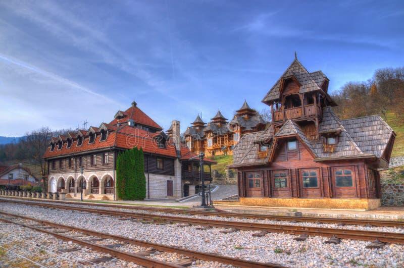 Mokra Gora, Houten Stad/Mechavnik/, station - de Stad die bouwstijl voor het de film 'Leven was is een mirakel 'door Emir Kusturi royalty-vrije stock fotografie