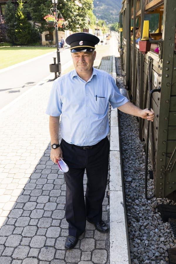 Mokra Gora, Serbia, Lipiec 17 2017: Taborowy kierowca czeka taborowego samochód na wyjściowym sygnale lokomotoryczny kierowca obraz stock