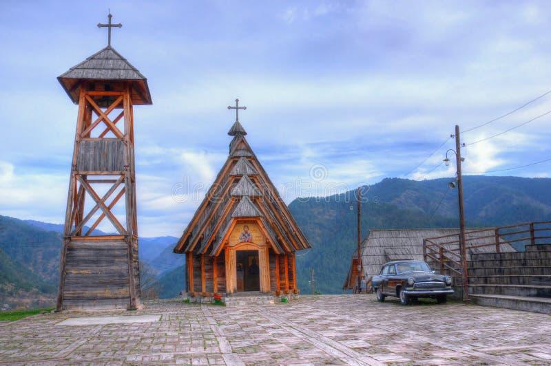 Mokra Gora, trästad/Mechavnik/- staden, som var byggande för filmen 'liv, är ett mirakel 'vid Emir Kusturica fotografering för bildbyråer
