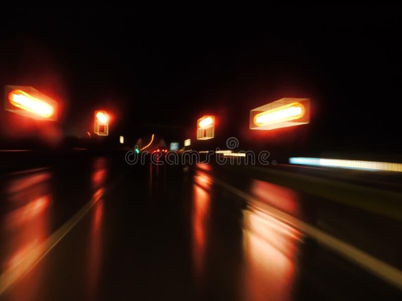 Mokra nocy ulica fotografia stock
