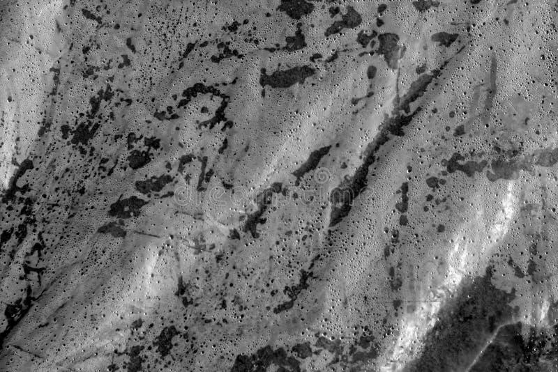 Mokra plastikowa przejrzysta stara opakunek tekstura w czarny i biały zdjęcie stock