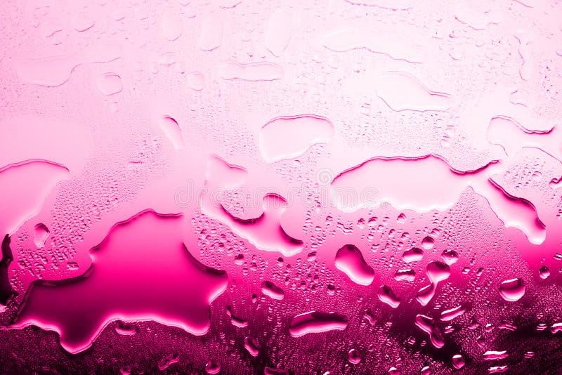 Mokra szkło powierzchnia w kroplach woda, różowy gradient, gorąca woda wysokotemperaturowy ogrzewanie, tekstura rozlewająca woda zdjęcie royalty free