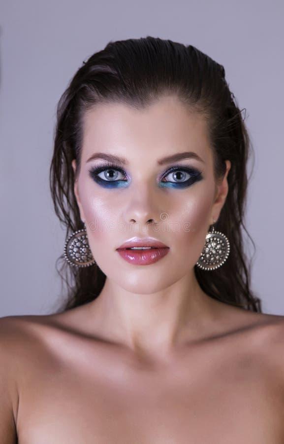 Mokry włosy, artystyczny kolorowy makeup i piękna twarz, obraz royalty free