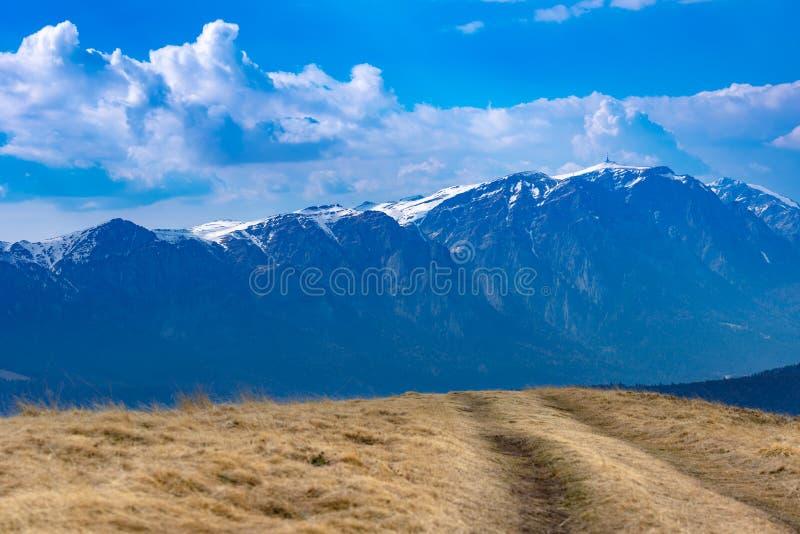 Mola adiantada nas montanhas, com os picos ainda cobertos com a neve Vista panorâmica de uma paisagem alpina natural em um dia en foto de stock