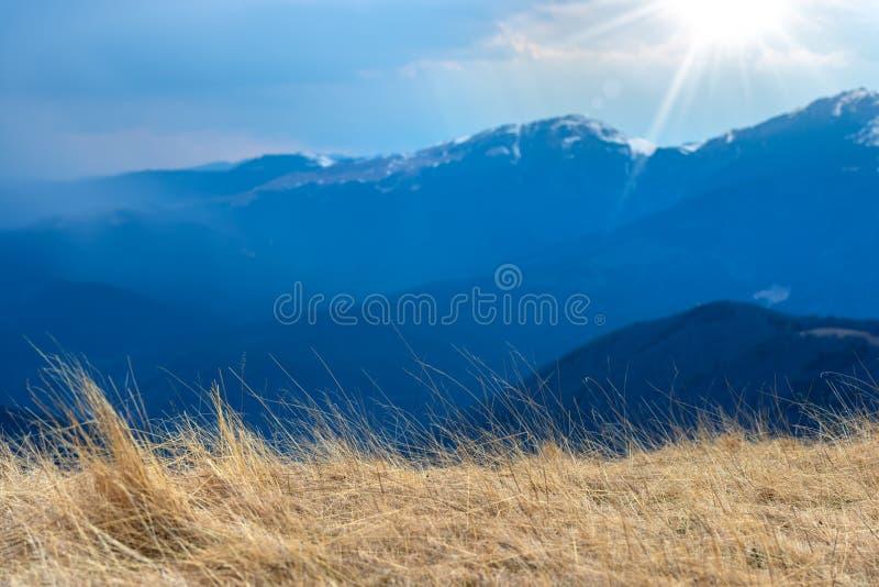 Mola adiantada nas montanhas, com os picos ainda cobertos com a neve Vista panorâmica de uma paisagem alpina natural em um dia en imagens de stock