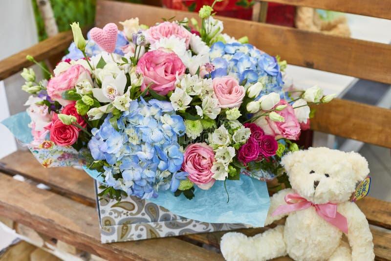 A mola bonita floresce em brandamente cor-de-rosa e claro - cores azuis foto de stock