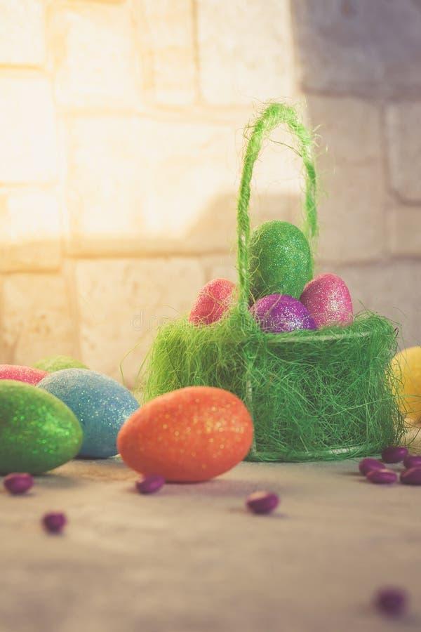 Mola Cena da Páscoa com ovos pintados em uma cesta foto de stock