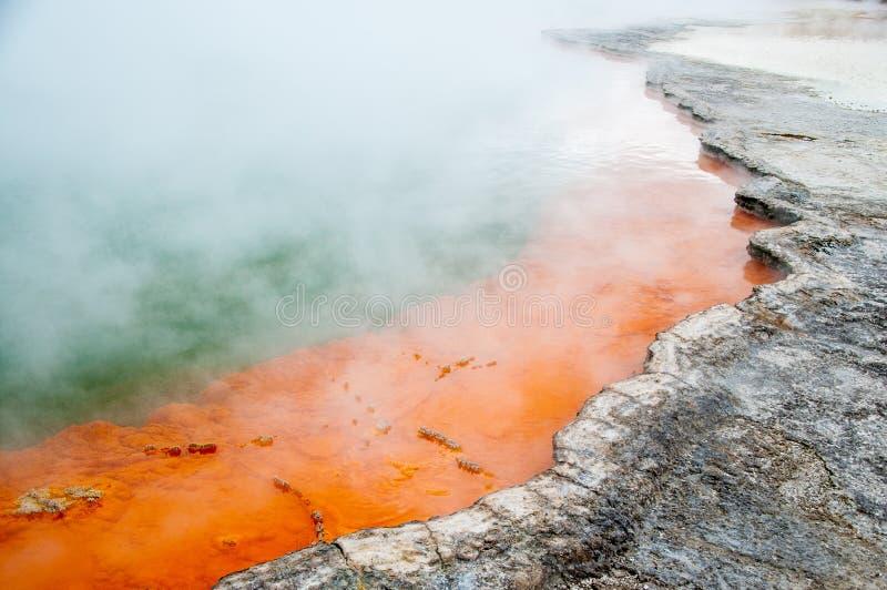 A mola de Champagne Pool no país das maravilhas térmico de Wai-O-Tapu, Rotorua, Nova Zelândia fotos de stock royalty free