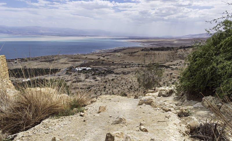 A mola de Ein Gedi que negligencia o Mar Morto e os kibutz Ein Gedi em Israel fotografia de stock