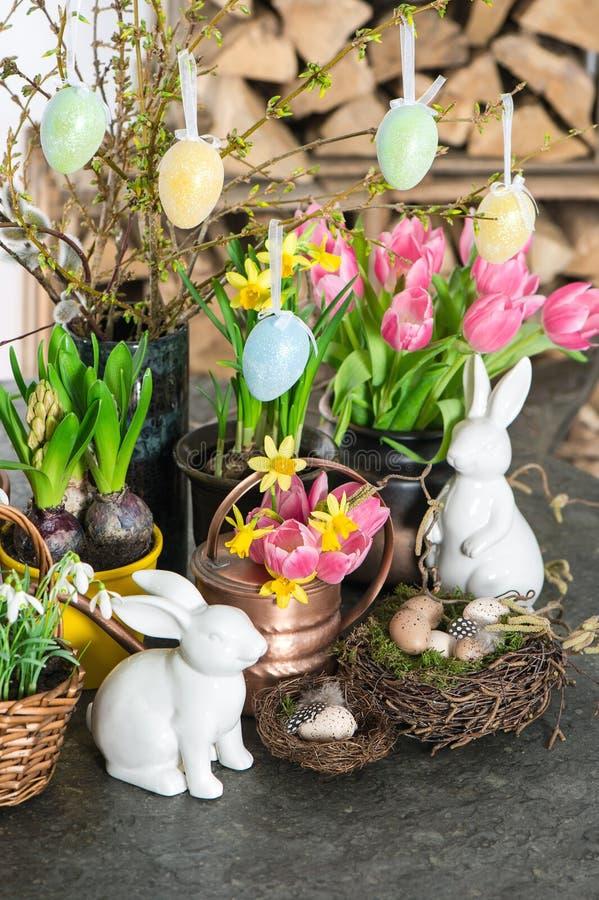 A mola floresce com coelho de easter e eggs a decoração imagem de stock