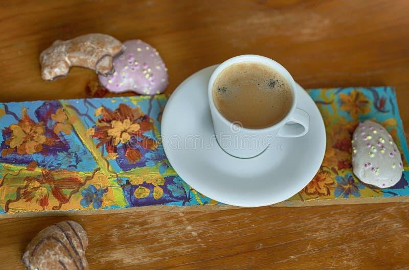 A mola floresce em uma cesta e em um caf? imagem de stock