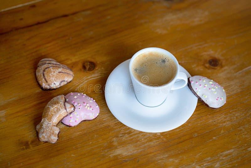 A mola floresce em uma cesta e em um caf? imagem de stock royalty free