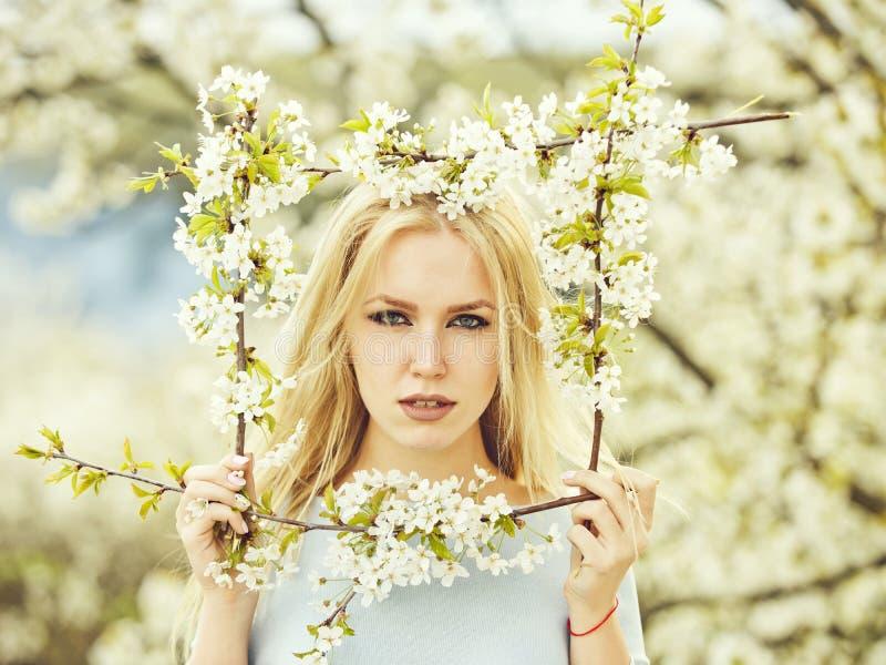 Mola, menina com quadro da flor imagens de stock royalty free
