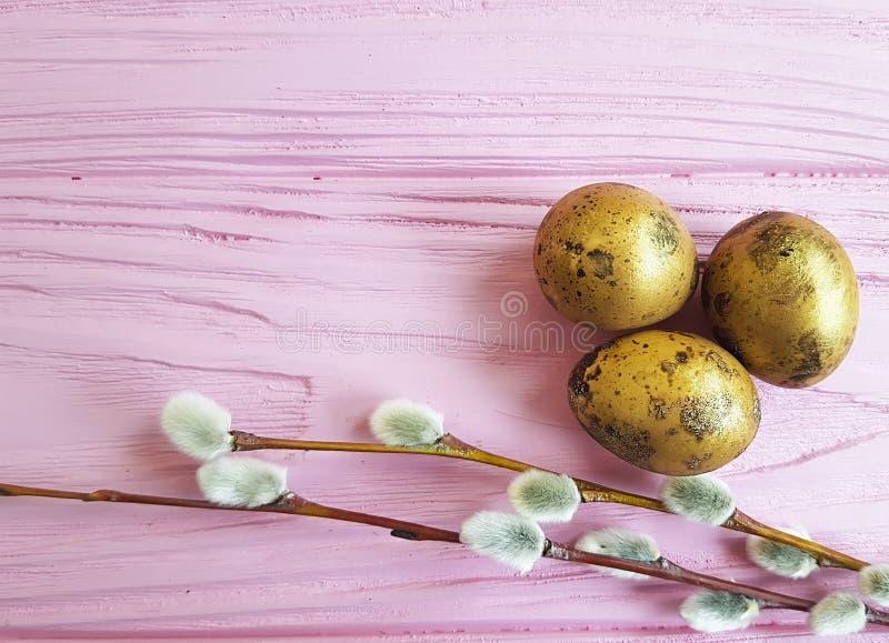 Mola original brandamente bonita da tradição do salgueiro dos ovos da páscoa em um fundo atual de madeira cor-de-rosa imagens de stock royalty free