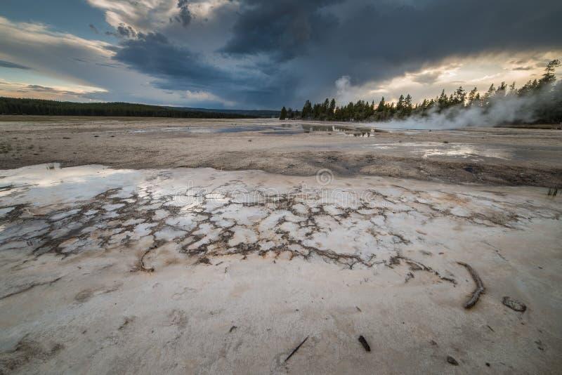 Mola quente vulcânica na fuga de natureza do potenciômetro de pintura da fonte durante o por do sol no parque nacional de Yellows fotos de stock