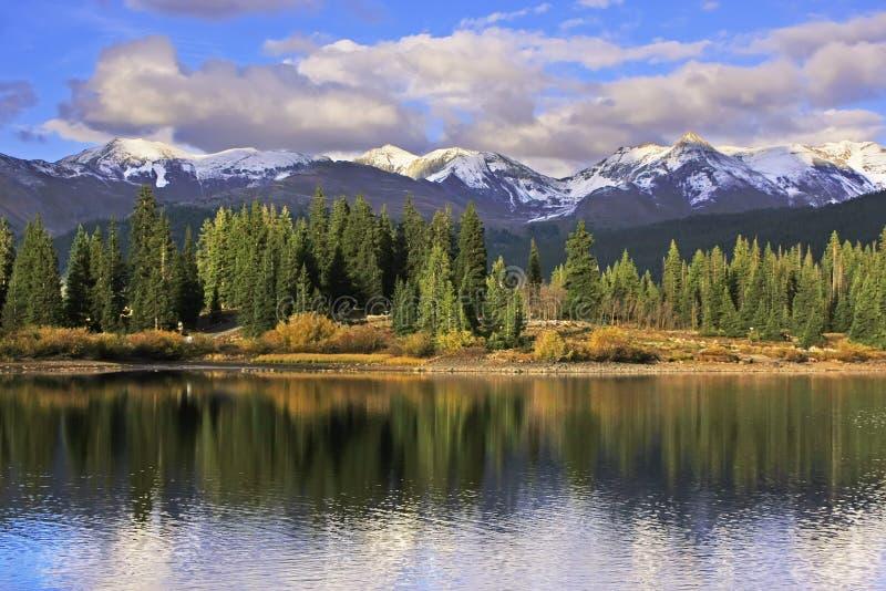 Molas sjö och visarberg, Weminuche vildmark, Colorado fotografering för bildbyråer