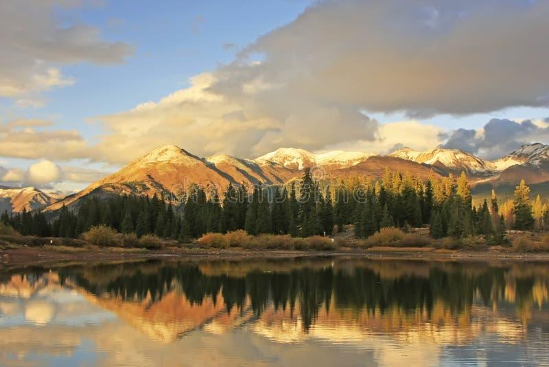Molas sjö och visarberg, Weminuche vildmark, Colorado arkivfoto