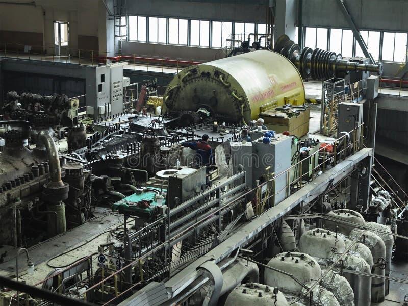 28. 01 2020, Moldávia, Chisinau: Turbina a vapor do gerador de energia em processo de reparação, máquinas, tubos, tubos na centra imagem de stock royalty free