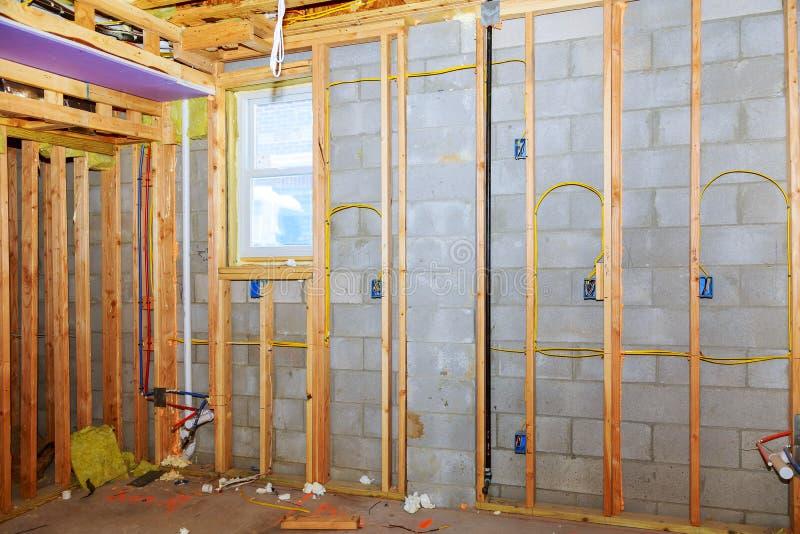 Moldação home nova da construção residencial com opinião do porão fotografia de stock