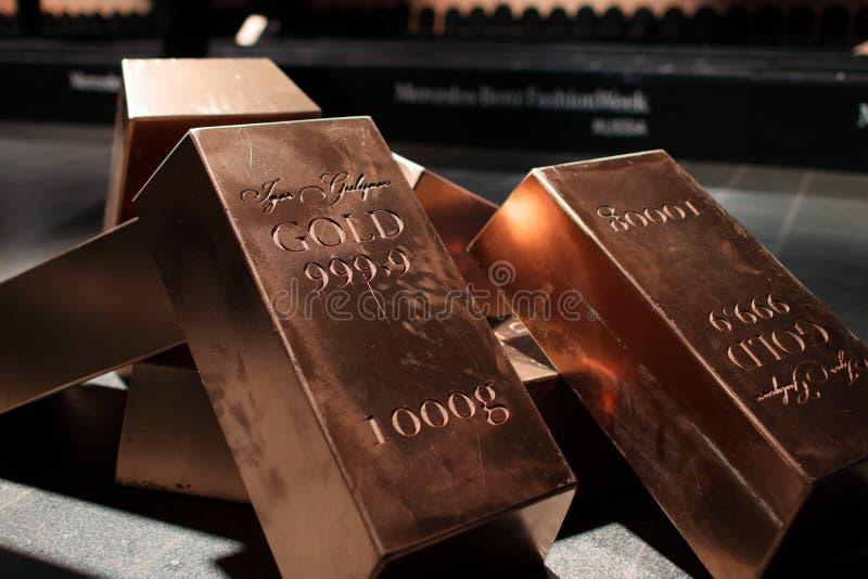 Molda lingotes do ouro fotos de stock