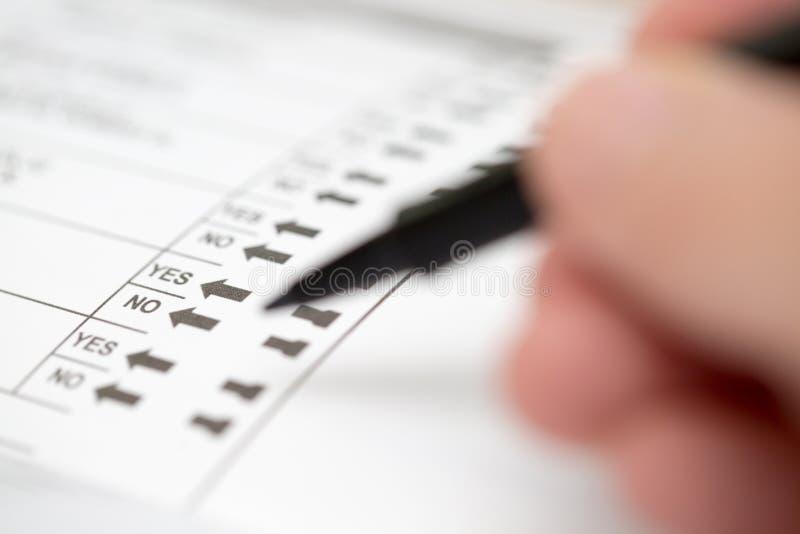 Moldando um voto em uma cédula da eleição imagem de stock